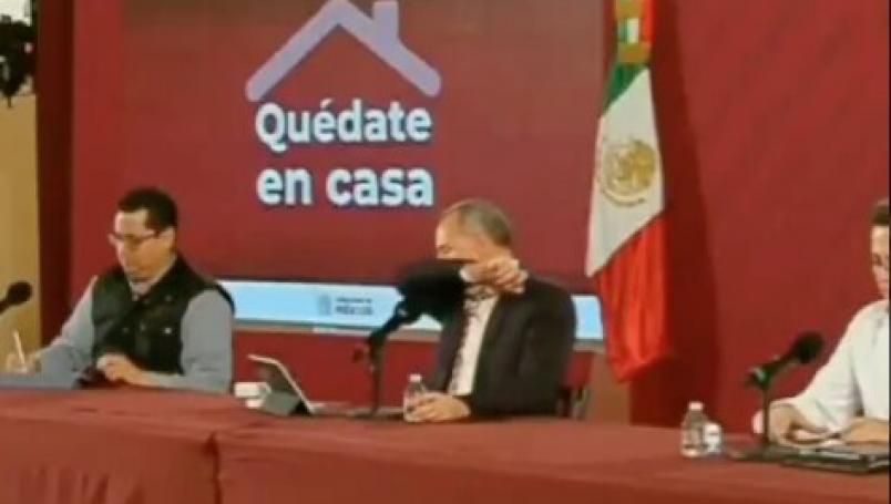 VIDEO: López-Gatell tose en conferencia y desata memes