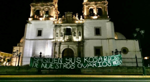 Colocan manta feminista en Catedral para pedir aborto legal